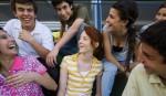 Ungdomar som har roligt tillsammans